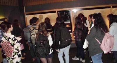 金箔間を見学する留学生